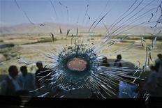 След от пули, попавшей в стекло автобуса в Кветте, 22 июня 2011 года. Школьный автобус обстрелян во вторник в пакистанском городе Пешавар, погибли как минимум четыре человека - трое детей и водитель, сообщила полиция. REUTERS/Naseer Ahmed