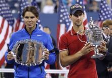 Теннисисты Новак Джокович (справа) и Рафаэль Надаль на вручении наград U.S. Open в Нью-Йорке, 12 сентября 2011 года. Двадцатка сильнейших теннисистов планеты по версии ATP осталась без россиян, свидетельствует обновленная версия рейтинга, опубликованная на сайте www.atpworldtour.com. REUTERS/Jessica Rinaldi