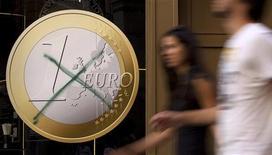 """Перечеркнутый знак евро на витрине пиццерии в Мадриде, 13 сентября 2011 года. Система единой европейской валюты может """"сойти с рельсов"""", если лидеры Евросоюза не разрешат текущий долговой кризис, сказал исполнительный директор Fiat Серджио Маркионне во вторник. REUTERS/Paul Hanna"""