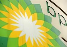 Логотип BP на АЗС в Лондоне, 29 июля 2008 года. Российский суд во вторник удовлетворил ходатайство британского энергетического гиганта BP о запрете судебным приставам обыскивать его московский офис, сообщила ВР через день после визита в Москву премьер-министра Великобритании Дэвида Кэмерона. REUTERS/Dylan Martinez