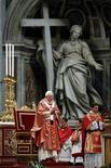 Папа Римский Бенедикт XVI ведет службу в Базилике Святого Петра в Ватикане, 12 июня 2011 года. Адвокаты жертв сексуального насилия со стороны священнослужителей обратились в Международный уголовный суд с просьбой провести расследование в отношении Папы Бенедикта XVI и троих высших должностных лиц Ватикана о преступлениях против человечности. REUTERS/Giampiero Sposito