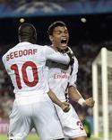 O brasileiro Thiago Silva comemora gol de empate do Milan contra o Barcelona em 2 x 2.   REUTERS/Albert Gea