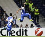 O atacante brasileiro Hulk (D)comemora gol do Porto contra o Shakhtar Donetsk. REUTERS/Miguel Vidal