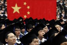 <p>Students attend their college graduation ceremony in Shanghai's Fudan University July 2, 2011. REUTERS/Carlos Barria</p>