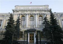 Здание Банка России в Москве, 19 декабря 2008 года.  Банк России сохранил уровень ставки рефинансирования, повысил с 15 сентября ставки по депозитным операциям на 0,25 процентного пункта и снизил ставки прямого репо на такую же величину, говорится в сообщении ЦБ. REUTERS/Sergei Karpukhin