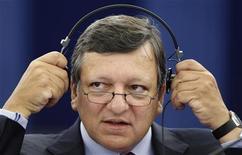 Президент Еврокомиссии Жозе Мануэл Баррозу на встрече в Страсбурге, 14 сентября 2011 года. Еврокомиссия вскоре представит предложения о выпуске облигаций еврозоны, сказал в среду президент Комиссии Жозе Мануэл Баррозу, но предупредил, что это не положит конец кризису. REUTERS/Vincent Kessler