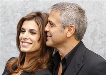 George Clooney com sua então namorada Elisabetta Canalis, antes do desfile da coleção de Giorgio Armani na Semana da Moda de Milão, em 2010.  A apresentadora italiana de TV é a mais nova celebridade a tirar a roupa pela entidade Peta (Pessoas pelo Tratamento Ético dos Animais, na sigla em inglês). 27/09/2010  REUTERS/Stefano Rellandini