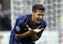 Mauro Zarate, da Inter de Milão lamenta lance em jogo contra o Trabzonspor, que venceu por 1 x 0.  REUTERS/Stefano Rellandini