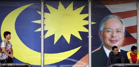 A portrait of Malaysia's Prime Minister Najib Razak is displayed at a bus stop in Kuala Lumpur September 11, 2011. REUTERS/Bazuki Muhammad