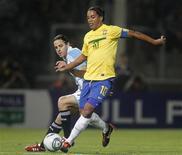 Ronaldinho e Juan Manuel Martínez, da seleção argentina, durante amistoso em Córdoba. A Argentina e o Brasil empataram em 0 x 0 no amistoso sem muitas tentativas de gol disputado na quarta-feira com jogadores que atuam em suas respectivas ligas locais.14/09/2011    REUTERS/Enrique Marcarian