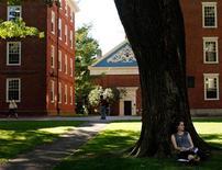 Студентка Гарвардского Университета сидит во дворе около кампуса в Кэмбридже (США), 21 сентября 2009 года. Гарвардский университет и Принстонский университет оказались на вершине ежегодного рейтинга американских университетов U.S. News & World Report. REUTERS/Brian Snyder