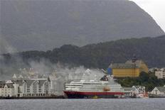 Дым поднимается от загоревшегося норвежского круизного лайнера Nordlys, 15 сентября 2011 года.  Разгоревшийся на норвежском круизном лайнере Nordlys пожар унес жизни двух человек и привел к эвакуации более 200 пассажиров, сообщила полиция и местные СМИ.   REUTERS/Scanpix Norway