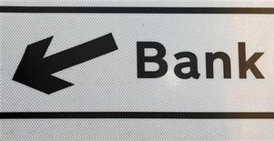 Табличка, указывающая направление в сторону банка в Лондоне, 8 февраля 2011 года. Российские банки пока не видят для себя серьезной угрозы в турбулентности на рынках, а частные банкиры даже стремятся обернуть ее в свою пользу, радуясь возможности повышения ставок на рынке кредитования, на котором демпингуют госбанки со своими дешевыми деньгами. REUTERS/Chris Helgren