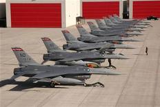 Истрибители F-16 стоят на военной базе в Северной Дакоте, 27 октября 2006 года. Президент США Барак Обама принял решение отказать Тайваню в продаже новой модели истребителя F-16 и вместо этого поставить острову оружие и военное оборудование на $4,2 миллиарда, сообщила газета Washington Times со ссылкой на представителей в администрации президента и Конгрессе. REUTERS/U.S. Air Force photo by Senior Master Sgt. David H. Lipp/Handout