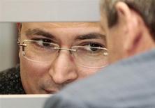 Михаил Ходорковский общается с адвокатом из клетки в Верховном суде 15 апреля 2011 года. (REUTERS/Alexander Natruskin)