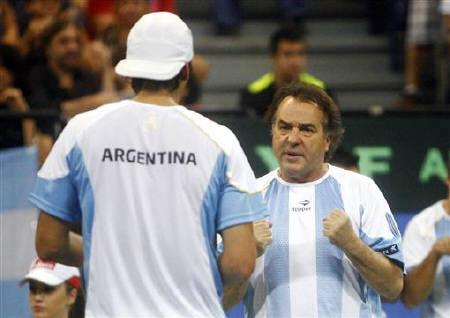 Argentina's coach Tito Vasquez (R) speaks with Juan Ignacio Chela after their Davis Cup World Group semi-final tennis match against Janko Tipsarevic and Nenad Zimonjic of Serbia in Belgrade September 17, 2011. REUTERS/Novak Djurovic