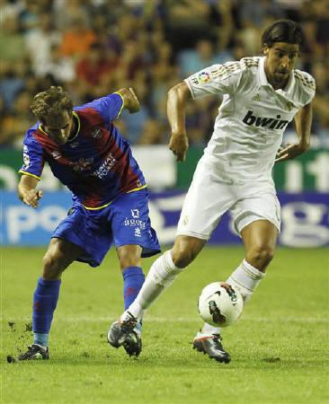 Real Madrid's Sami Khedira (R) and Levante's Jose Barkero fight for the ball during their Spanish first division soccer match at the Ciudad de Valencia Stadium in Valencia, September 18, 2011. REUTERS/Heino Kalis