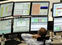 Трейдер следит за ходом торгов на бирже во Франкфурте-на-Майне, 13 сентября 2011 года.  Европейские рынки акций открылись снижением после ряда негативных новостей на выходных, которые возродили опасения долгового дефолта Греции. REUTERS/Remote/Pawel Kopczysnki