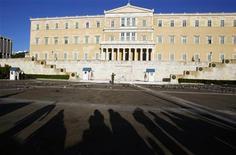 Здание греческого парламента в Афинах, 13 сентября 2011 года. Греция в воскресенье пообещала принять сложные решения, чтобы избежать дефолта, но не объявила новых мер жесткой экономии. REUTERS/Yannis Behrakis