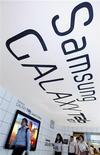 Гости показа нового планшета Samsung Galaxy Tab 10.1 в здании офиса компании в Сеуле, 20 июля 2011 года. Samsung Electronics Co подала встречный иск в австралийский суд, обвиняя Apple в нарушении патентов на беспроводную связь в устройствах iPhone и iPad. REUTERS/Jo Yong-Hak