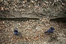 Непальские полицейские прочетывают район города Бхактапур, пострадавший в результате землетрясения, 19 сентября 2011 года. Дожди и оползни препятствуют поиску выживших после сильного землетрясения в отдаленных гималайских районах Индии, Непала и Китая, произошедшего в ночь на понедельник, сообщили полиция и СМИ. REUTERS/Navesh Chitrakar