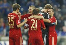 Jogadores do Bayern de Munique comemoram vitória contra o Schalke 04, no Campeonato Alemão, em Gelsenkirchen, no domingo. O Bayern de Munique venceu seu oitavo jogo consecutivo ao bater o Schalke 04 por 2 x 0 na casa do adversário neste domingo, assumindo a liderança do Campeonato Alemão. 18/09/2011   REUTERS/Ina Fassbender