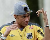 O atacante Neymar acena para fãs antes de coletiva de imprensa. 19/09/2011 REUTERS/Paulo Whitaker