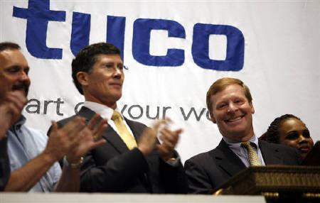 John Thain, chief executive of the NYSE, applauds as Edward D. Breen (R), chairman and chief executive of Tyco International, rings the opening bell of the New York Stock Exchange June 12, 2007. REUTERS/Chip East
