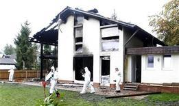 """Сгоревший дом защитника """"Баварии"""" Брено в Мюнхене, 20 сентября 2011 года. Защитник мюнхенской """"Баварии"""" Брено был доставлен в больницу после отравления дымом в результате пожара в его доме, сообщила полиция. REUTERS/Michaela Rehle"""