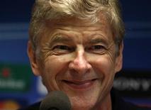 Técnico do Arsenal, Arsene Wenger, participa de coletiva de imprensa em Dortmund. O Arsenal não está em crise e apoia totalmente os esforços de Arsène Wenger para que o clube dê a volta por cima depois de um início fraco na temporada, disse o presidente-executivo do clube, Ivan Gazidis, nesta terça-feira. 12/09/2011   REUTERS/ Ina Fassbender