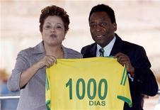 Presidente Dilma Rousseff e Pelé durante visita ao Mineirão, em Belo Horizonte, na sexta-feira, dia que marcou a contagem regressiva de mil dias para a Copa. 20/09/2011 REUTERS/Washington Alves