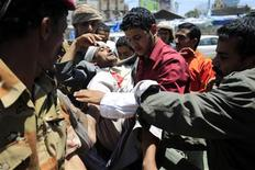 A wounded anti-government protester is carried by medics and fellow protesters after clashes with security forces in Sanaa September 20, 2011.  REUTERS/Khaled Abdullah