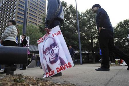 Supporters take part in a vigil for death row inmate Troy Davis outside the Georgia Board of Pardons and Paroles before the start of a clemency hearing for Davis in Atlanta September 19, 2011. REUTERS/John Amis