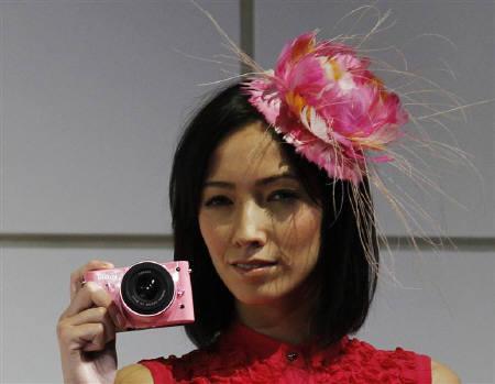 9月21日、ニコンは「ミラーレス」方式のレンズ交換式の一眼カメラを10月20日に世界で同時に発売すると発表(2011年 ロイター/Kim Kyung-Hoon)