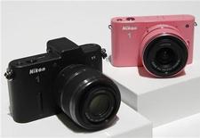 Камеры Nikon 1 V1 (слева) и J1 на показе в Токио, 21 сентября 2011 года. Nikon представил в среду свою первую беззеркальную камеру, опередив конкурента Canon с выходом на зарождающийся рынок небольших камер со сменными объективами. REUTERS/Kim Kyung-Hoon