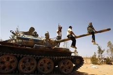 Бойцы войск Национального переходного совета на КПП рядом с Бени-Валидом, 20 сентября 2011 года. Большая часть Сабхи, одного из последних бастионов сторонников Муаммара Каддафи, находится под контролем сил временного правительства, сообщил в среду представитель Национального переходного совета. REUTERS/Youssef Boudlal