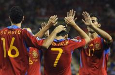 Игроки сборной Испании празднуют гол в ворота Лихтенштейна в матче отборочного турнира к чемпионату Европы 2012 года, Логроньо, 6 сентября 2011 года. Сборная Испании по футболу, действующий чемпион мира Европы, вернула себе первую строчку в рейтинге сильнейших национальных команд планеты, обновленная версия которого была опубликована в среду. REUTERS/Vincent West