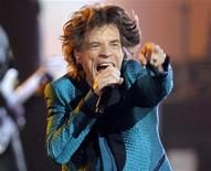 Mick Jagger se apresenta nos Grammy Awards, em Los Angeles, em fevereiro. Dave Stewart subiu a montanha e se comunicou com um roqueiro superior - Mick Jagger. Assim surgiu o Superheavy, projeto guardado a sete chaves durante dois anos, e que nesta semana lança seu primeiro álbum. 13/02/2011  REUTERS/Lucy Nicholson