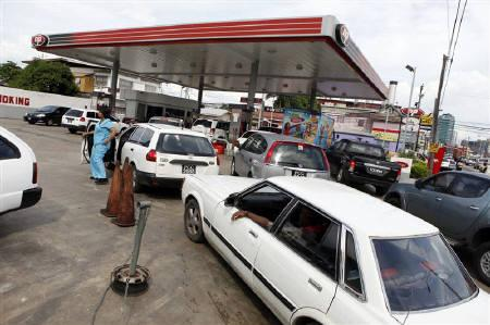Motorists queue up for gas at a service station in Port of Spain August 24, 2011. REUTERS/Andrea De Silva/Files