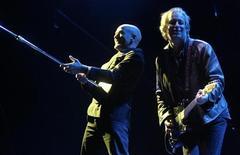"""Michael Stipe (esquerda) e Peter Buck do R.E.M. em show na Letônia, em 2008. Os integrantes da banda decidiram """"dar um tempo"""". 12/09/2008  REUTERS/Ints Kalnins"""