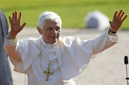 Pope Benedict XVI waves to supporters after a welcoming ceremony at Bellevue palace in Berlin September 22, 2011. REUTERS/Fabrizio Bensch