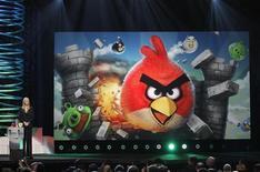"""Актриса Лиза Кудроу награждает создателей игры Angry Birds на церемонии вручении призов Webby Awards в Нью-Йорке, 13 июня 2011 года. Популярная игра Angry Birds переместится с экранов мобильных телефонов на гоночную трассу """"Формулы 1"""" в Сингапуре. REUTERS/Lucas Jackson"""