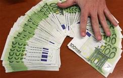<p>A bank employee spreads out euro notes at a bank branch in Madrid January 13, 2011. REUTERS/Andrea Comas</p>