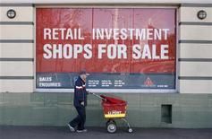 Мужчина проходит мимо продающегося магазина в Сиднее, 1 сентября 2009 года. Деловая активность в частном секторе Европы и Китае резко сократилась в сентябре, поскольку долговой кризис в еврозоне и прекращение восстановления в США всколыхнули страх о том, что мировая экономика может снова скатиться в рецессию.  REUTERS/Daniel Munoz