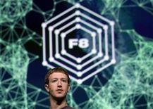 Глава Facebook Марк Цукерберг конференции разработчиков f8 в Сан-Франциско, 22 сентября 2011 года. Facebook предложила пользователям новые возможности прослушивания музыки, просмотра ТВ и более удобного изучения профайлов в попытке сделать медиауслуги частью социальной сети. REUTERS/Robert Galbraith