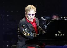 """<p>El cantante británico Elton John durante un concierto en Estambul, jul 5 2011. El cantante británico Elton John está en conversaciones para rodar una película sobre su vida, informó el viernes su representante, en respuesta a la noticia publicada en varios medios de presa de que se estaba gestando una autobiografía llamada """"Rocketman"""". REUTERS/Osman Orsal</p>"""