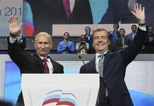 El primer ministro ruso, Vladimir Putin, declaró el sábado que quiere volver a aspirar a la presidencia del país en las elecciones de marzo de 2012, que podrían permitir al antiguo espía ruso regresar al cargo que ya ocupó ocho años y permanecer en él hasta 2024. Imagen de Medvedev (dcha.) y Putin saludando a sus simpatizantes en el congreso de Rusia Unida celebrado el 24 de septiembre en Moscú. REUTERS/Yekaterina Shtukina/RIA Novosti/Kremlin