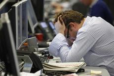 Трейдер лондонского офиса IG Index хватается за голову 22 сентября 2011 года, на одной из худших недель для мирового рынка с кризисного 2008 года. Российский рынок продолжит падать за мировым в понедельник, не обращая внимания на перестановки в Кремле, объявленные на выходных, и последовавший демарш министра финансов Алексея Кудрина. REUTERS/Andrew Winning