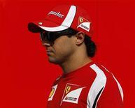 O piloto de Fórmula 1 Felipe Massa chega ao Grande Prêmio do Cingapura. Massa ficou furioso depois que Lewis Hamilton  colidiu com sua Ferrari. 25/09/2011 REUTERS/David Loh