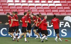 """Футболисты """"Манчестер Юнайтед"""" на тренировке в Лиссабоне, 13 сентября 2011 года.  """"Манчестер Юнайтед"""" потерял первые очки в сезоне и вновь позволил своим принципиальным соперникам из """"Манчестер Сити"""" догнать себя на вершине таблицы. REUTERS/Jose Manuel Ribeiro"""